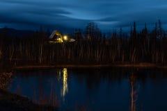 与一个灯笼的客舱在湖边夜,乘鞍岳 免版税库存图片