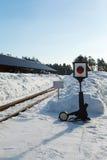 与一个灯笼的老铁路箭头在雪 库存照片
