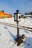 与一个灯笼的老铁路箭头在雪 免版税库存照片