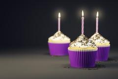与一个灼烧的蜡烛的可口杯形蛋糕 向量例证