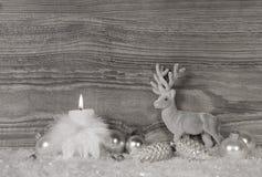 与一个灼烧的蜡烛的灰色,白色银色圣诞节装饰 库存图片