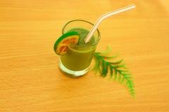 与一个热带绿色鸡尾酒的一块小玻璃 免版税库存照片