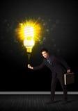 与一个环境友好的电灯泡的商人 库存图片