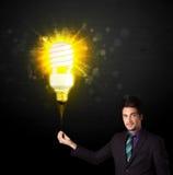 与一个环境友好的电灯泡的商人 库存照片