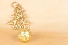 与一个球的圣诞节背景在金子 库存图片