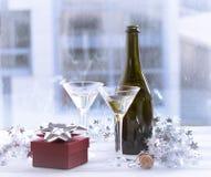 与一个瓶的静物画香槟、两块玻璃和礼物盒 图库摄影