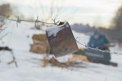 与一个生锈的罐头的铁丝网在第三帝国的战士的位置的警报 库存图片
