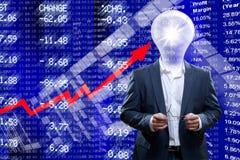 与一个电灯泡头的商人在股市断续装置前面 免版税库存照片