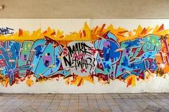 与一个电话的街道画反对战争 免版税库存图片
