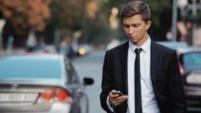 与一个电话的年轻商人在他的手上 股票视频