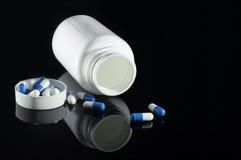与一个白色瓶的少量药片 库存图片