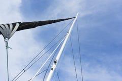 与一个白色风帆的游艇帆柱 图库摄影