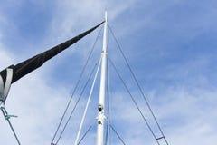 与一个白色风帆的游艇帆柱 免版税库存照片