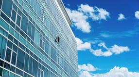与一个的全景大厦门面打开了窗口,与蓝天和白色云彩 免版税库存照片