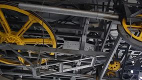 与一个的缆索铁路的机制转动把山引入 影视素材