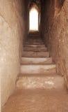 与一个石楼梯的一个狭窄的段落 免版税库存图片