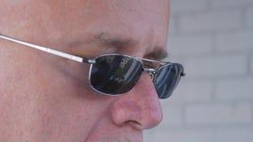 与一个确信的商人佩带的太阳镜的图象 免版税库存照片
