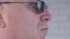 与一个确信的商人佩带的太阳镜的接近的图象 库存照片
