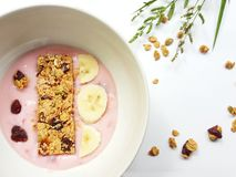与一个碗的健康早餐概念新youghurt用香蕉 图库摄影