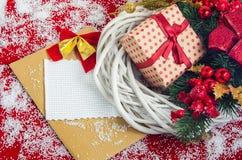 与一个礼物盒的圣诞节花圈在假日前 库存图片
