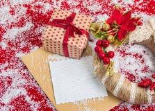 与一个礼物盒的圣诞节花圈在假日前 库存照片