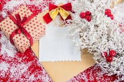 与一个礼物盒的圣诞节花圈在假日前 免版税库存图片