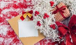 与一个礼物盒的Hristmas花圈在假日前和地方为 免版税图库摄影