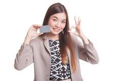 与一个空插件的年轻亚洲妇女展示OK 库存图片