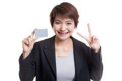 与一个空插件的年轻亚洲女商人展示胜利 免版税库存图片