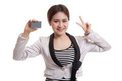 与一个空插件的年轻亚洲女商人展示胜利 库存照片