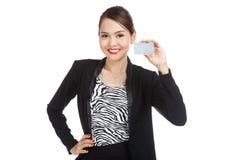 与一个空插件的年轻亚洲女商人微笑 库存照片