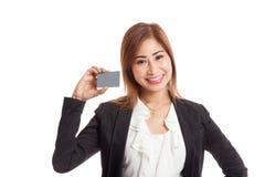 与一个空插件的年轻亚洲女商人微笑 免版税图库摄影
