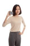 与一个空插件的年轻亚洲女商人微笑 库存图片