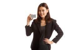 与一个空插件的年轻亚洲女商人微笑 图库摄影