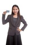 与一个空插件的年轻亚洲女商人微笑 免版税库存图片