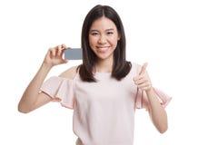 与一个空插件的年轻亚洲女商人赞许 库存照片