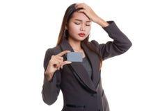 与一个空插件的年轻亚洲女商人头疼 免版税库存照片