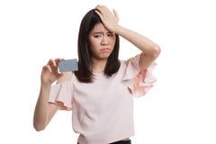与一个空插件的年轻亚洲女商人头疼 免版税库存图片