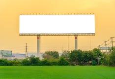 与一个空白的广告牌的美好的乡下风景在日落 库存图片