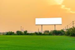 与一个空白的广告牌的美好的乡下风景在日落 免版税库存照片