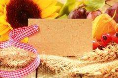 与一个空白的标签的五颜六色的秋天背景 免版税库存图片