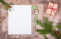与一个空白纸的圣诞节背景在一个木板 准备的假日 顶视图 免版税图库摄影