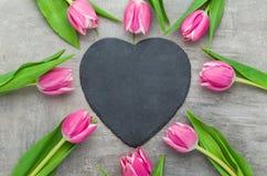 与一个空的心形的标志的郁金香 免版税库存照片