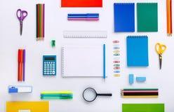与一个笔记本的学校用品有空白页的 免版税库存图片