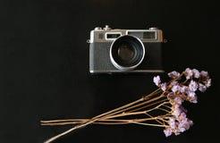 与一个笔记本的彩色片照相机在桌面黑金属 免版税库存图片