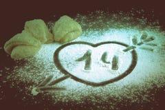 画与一个箭头的心脏在面粉和曲奇饼对happin 图库摄影