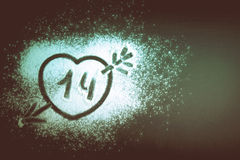 画与一个箭头的心脏在面粉 设色 免版税库存照片