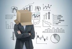 与一个箱子的商人在他的头,数据stats 图库摄影