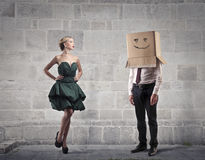 与一个箱子的商人在他的头和一名美丽的妇女 免版税库存图片