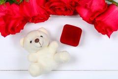 与一个箱子的桃红色玫瑰有在桌上的一个圆环的 概念提案,婚礼,情人节 库存照片